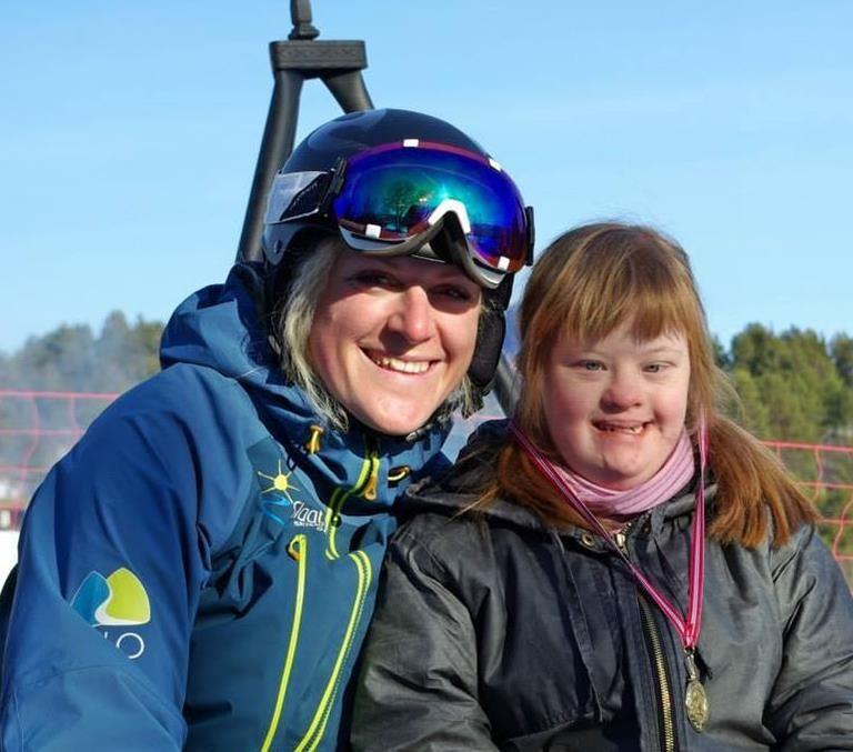 Slaatta Skisenter AS,  © Slaatta Skisenter AS, Ski instructør og DS jente ha det gøy sammen