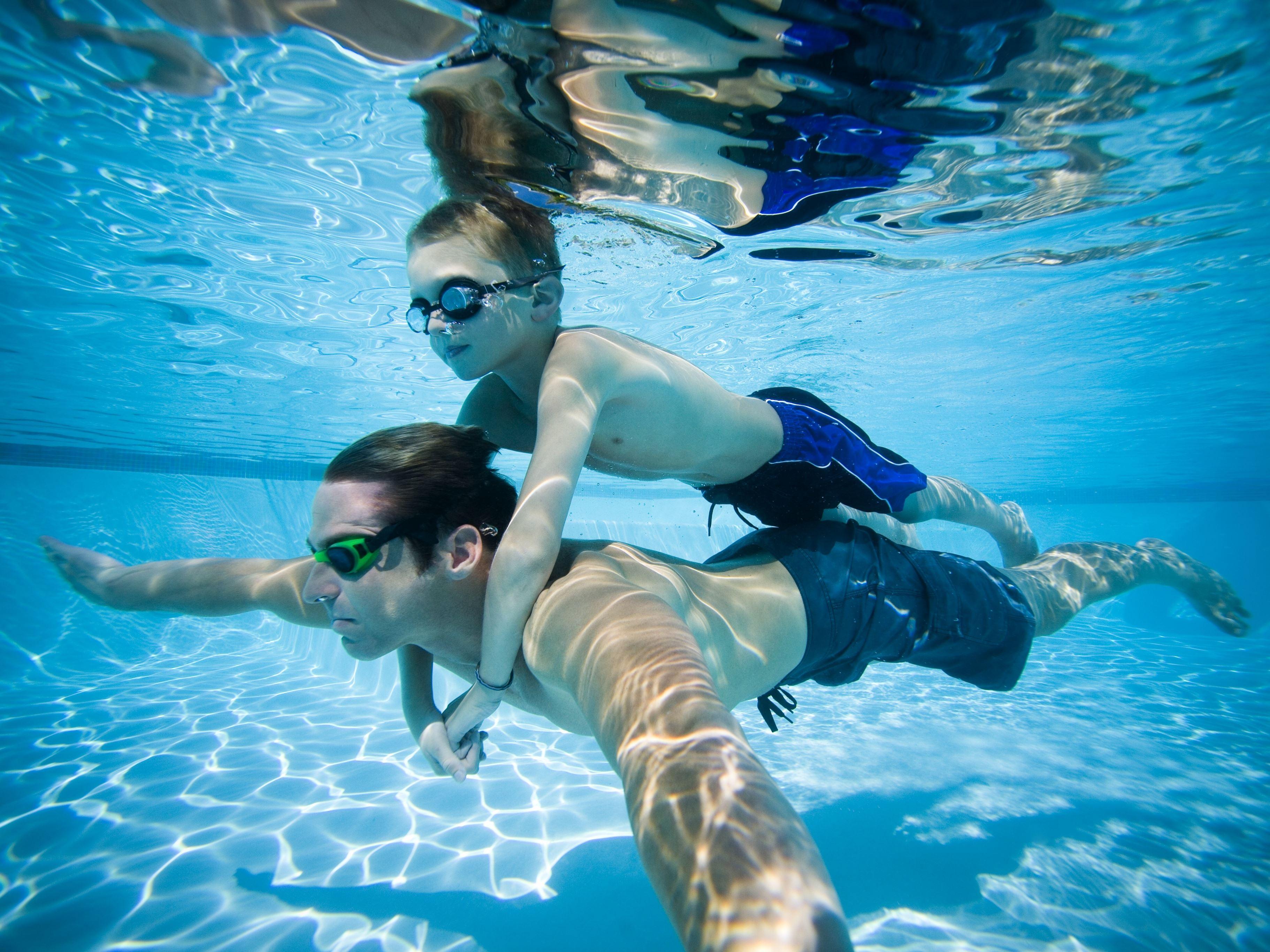 Foto: Storsjöbadet,  © Copy: Storsjöbadet, Två personer som simmar under vattnet