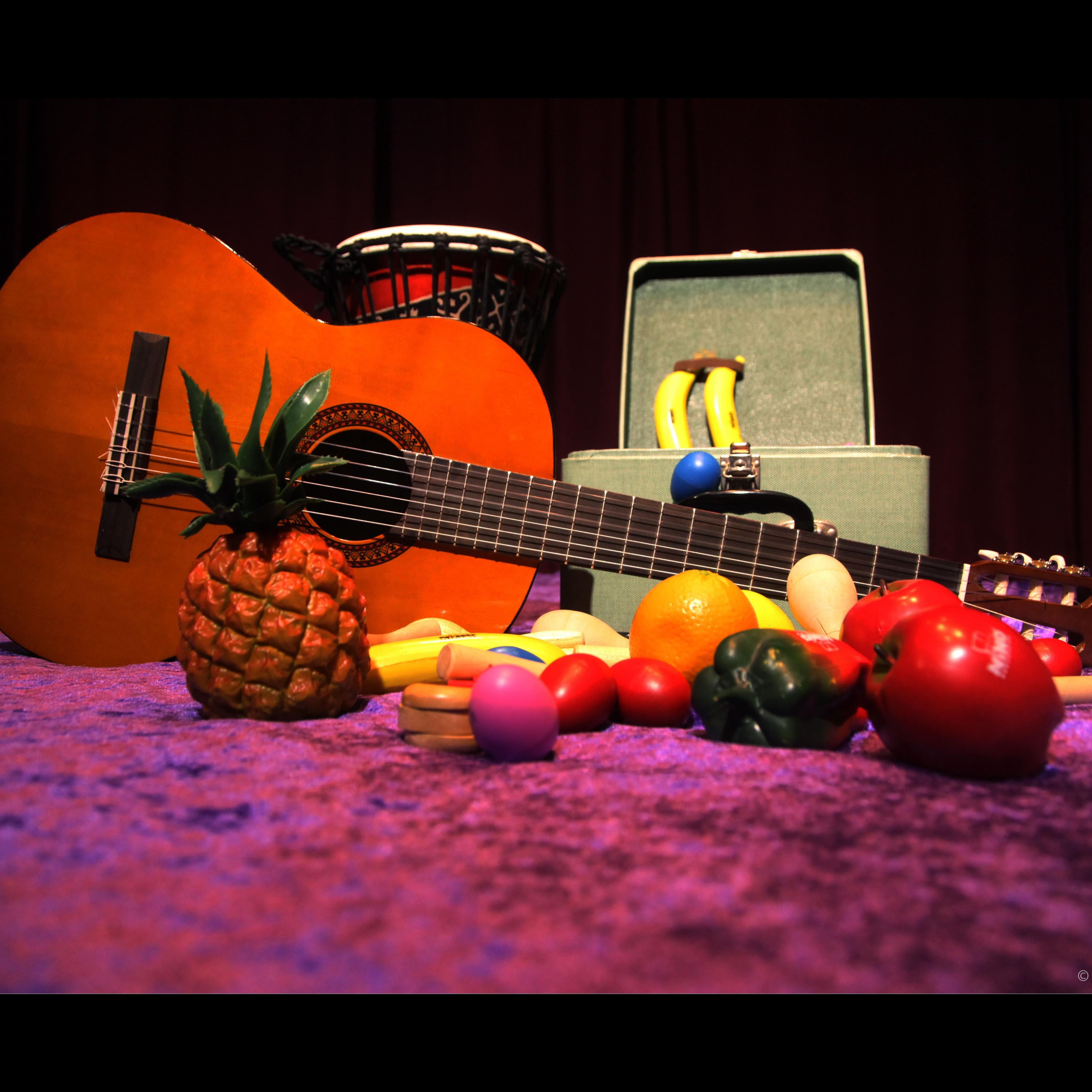 Gitarr och plastfrukter