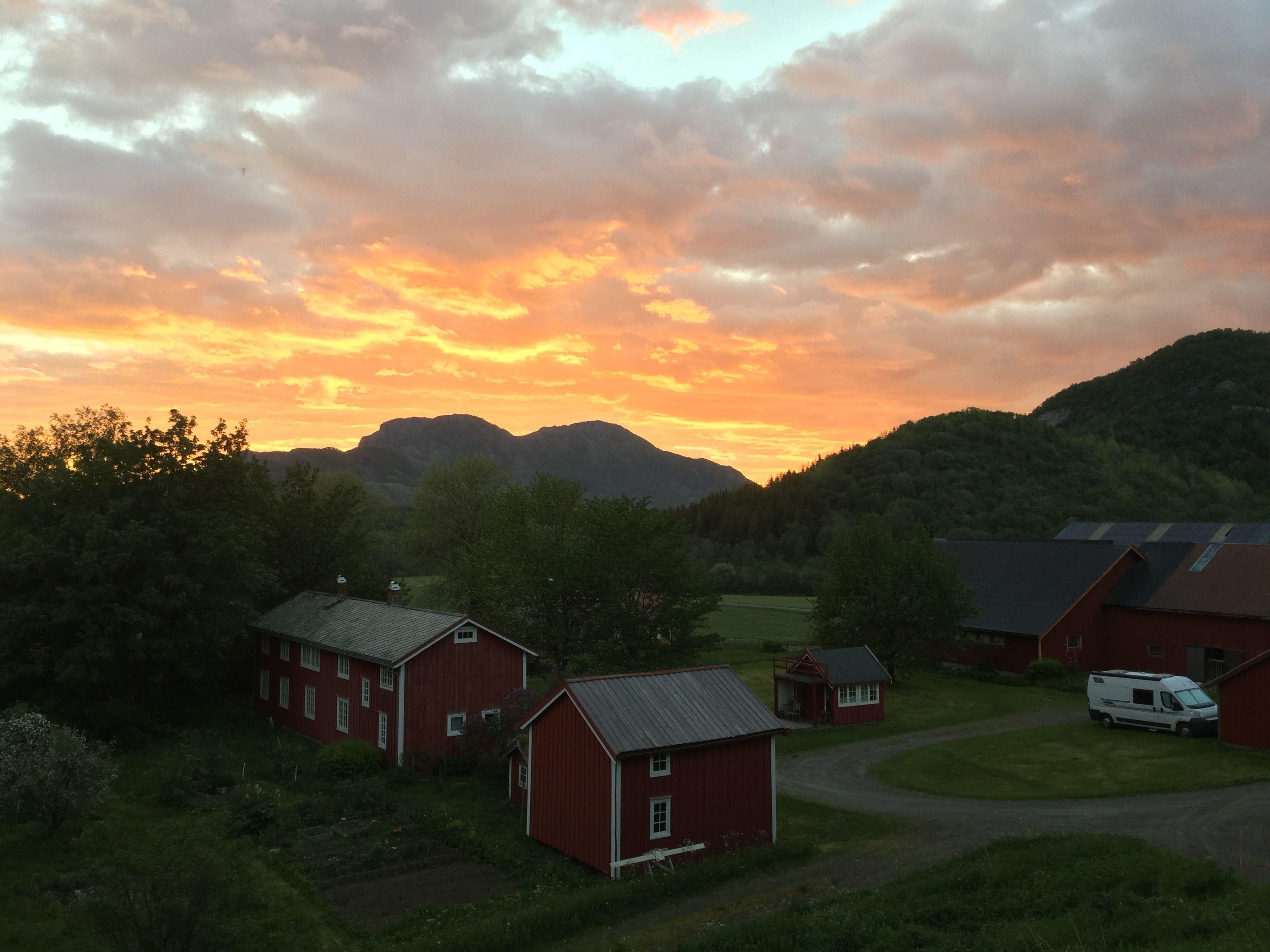 Berit Bjørnerud,  © Berit Bjørnerud, Nattstemning Amtmannsstua gardstun