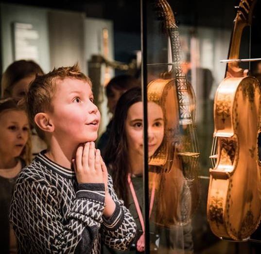 I vinterferien kan barna lage egne instrument og få omvisninger på museet.