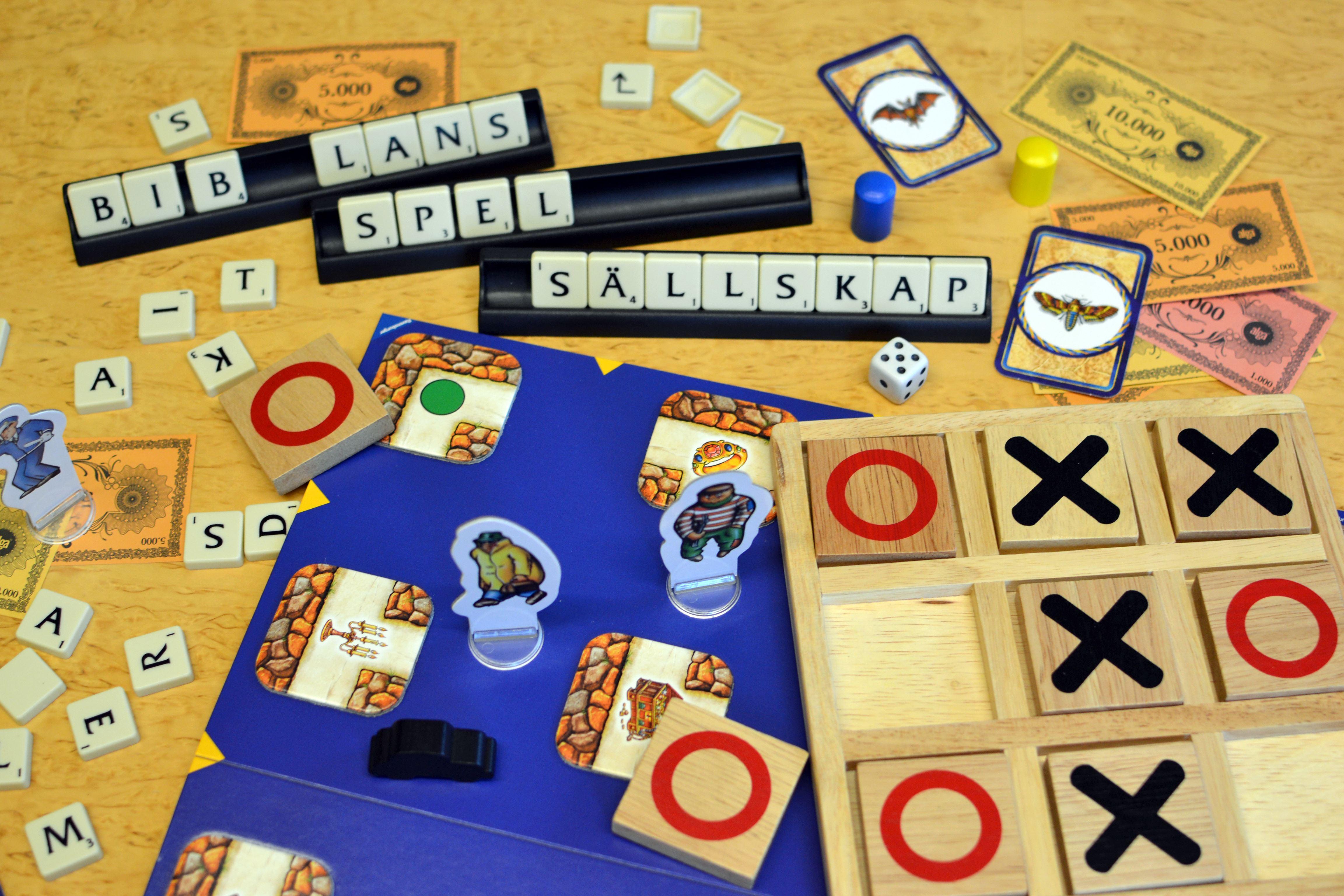 Spela brädspel på Hovsjö bibliotek