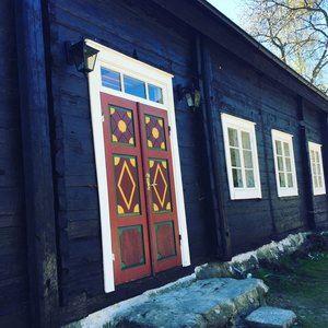 Elin Carleke,  © Elin Carleke, bild på svarta husets entre