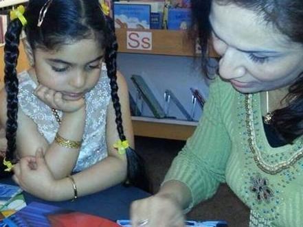 Barn och vuxen som läser