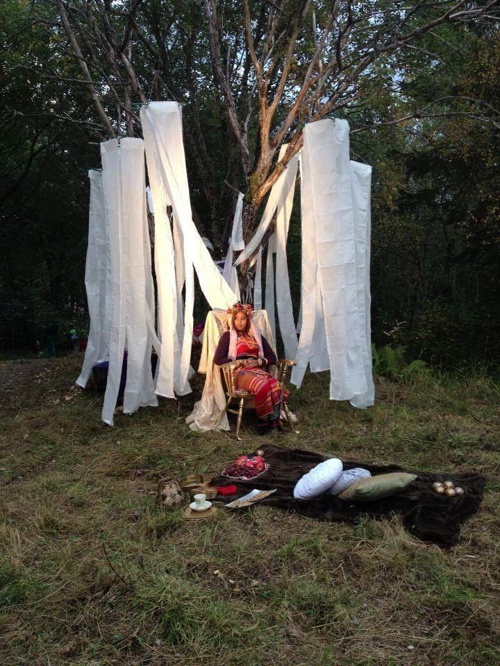© Stjørdal Kommune, Bilde av utkledd kvinne som sitter i en stol i skogen