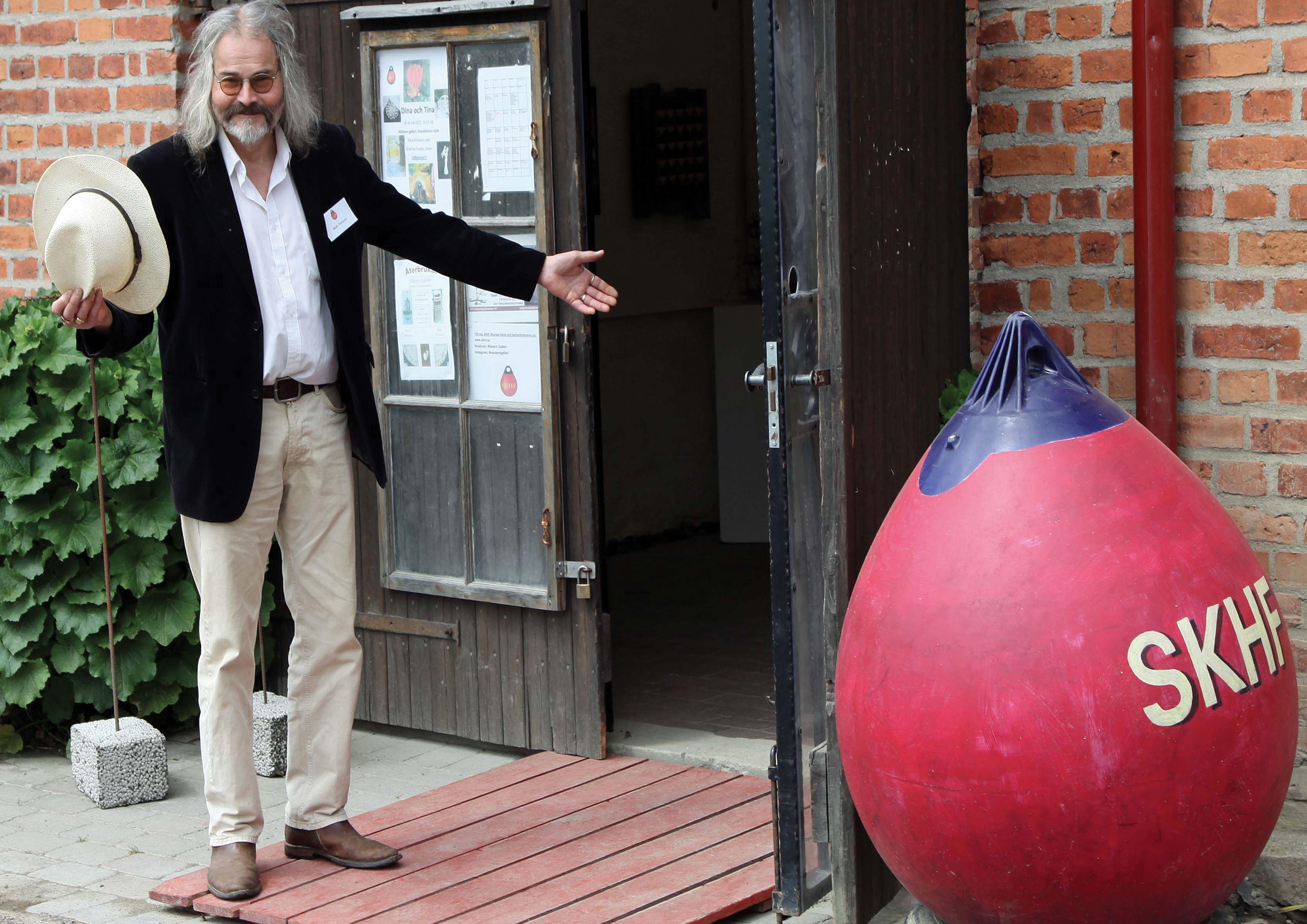 Även i år blir det samlingsutställning på Mästers galleri vid Svaneholms slott.  33 konstnärer och konsthantverkare från SKHF deltar i årets konstrunda. Utställning bjuder på varierande tekniker som olja, akvarell, akryl, keramik, foto, skulptur, tovning, tusch, smide, silver, glas och återbruk.