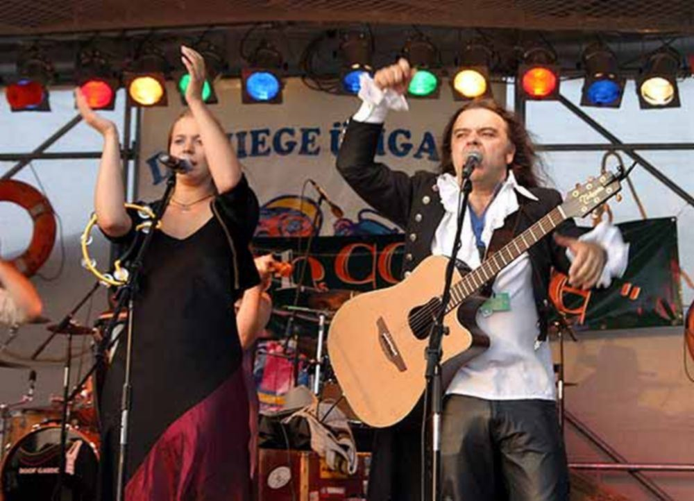 Live musik på torved ved Restaurant Larsens plads i Marielyst