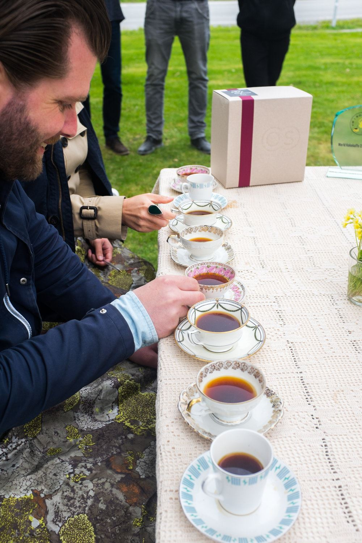 Langøra Kaffebrenneri,  © Langøra Kaffebrenneri, Bilde av en mann som drikker kaffe