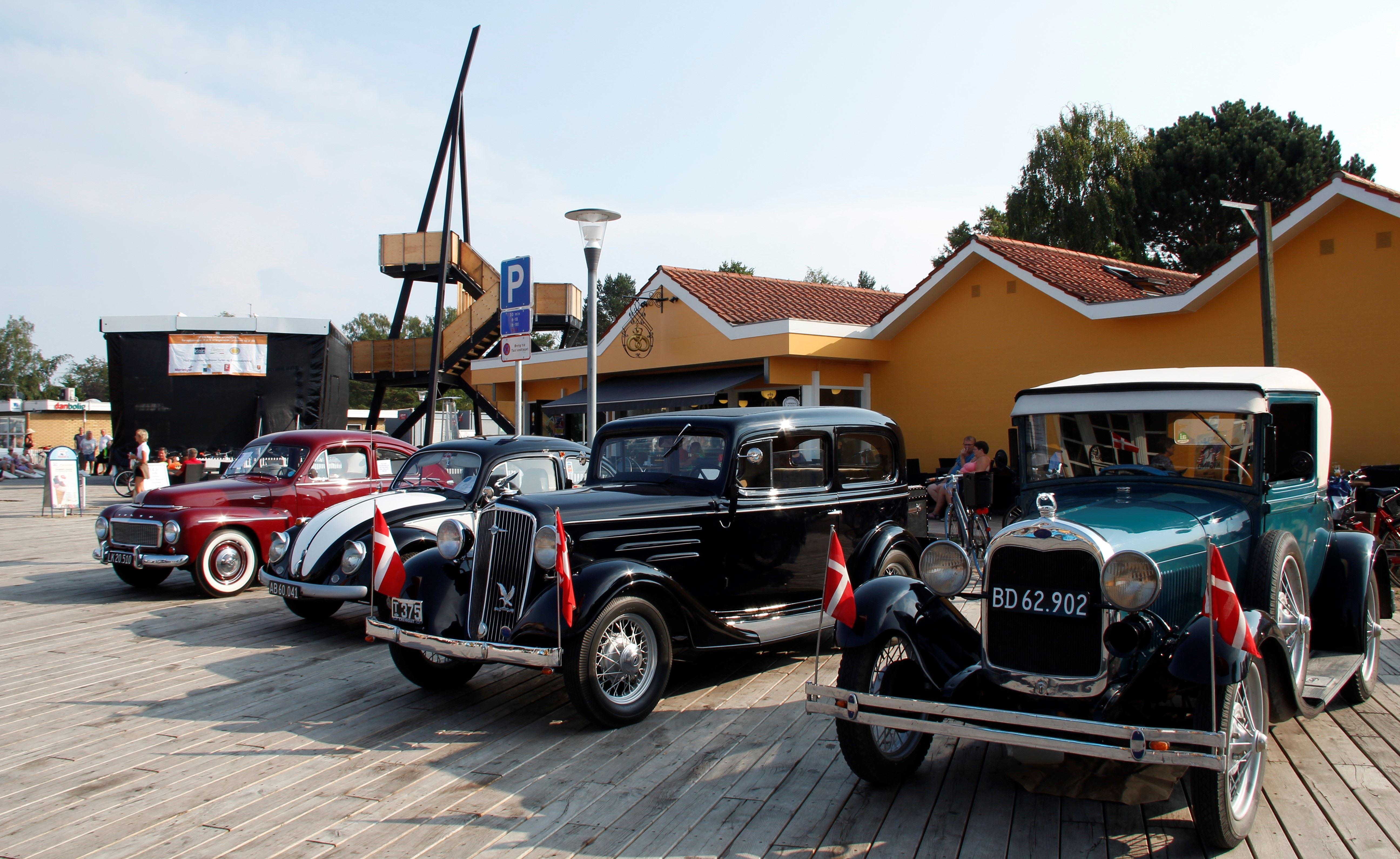 Old Town, Gamle biler på torvet i Marielyst, Restraurant Larsens Plads