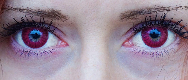 Rödsprängda ögon i mörkret