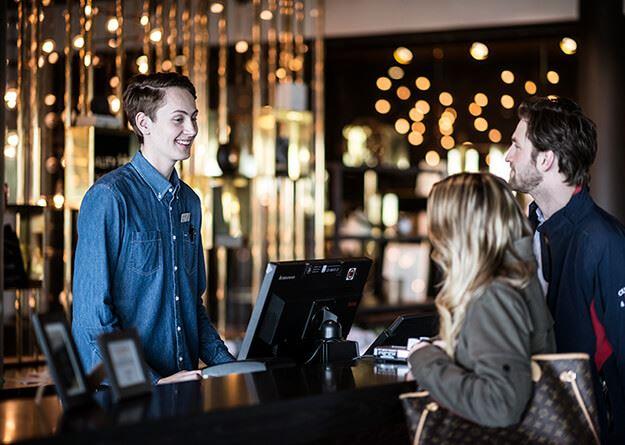 Foto: Quality Hotel Frösö Park,  © Copy: Quality Hotel Frösö Park, Två personer i receptionen