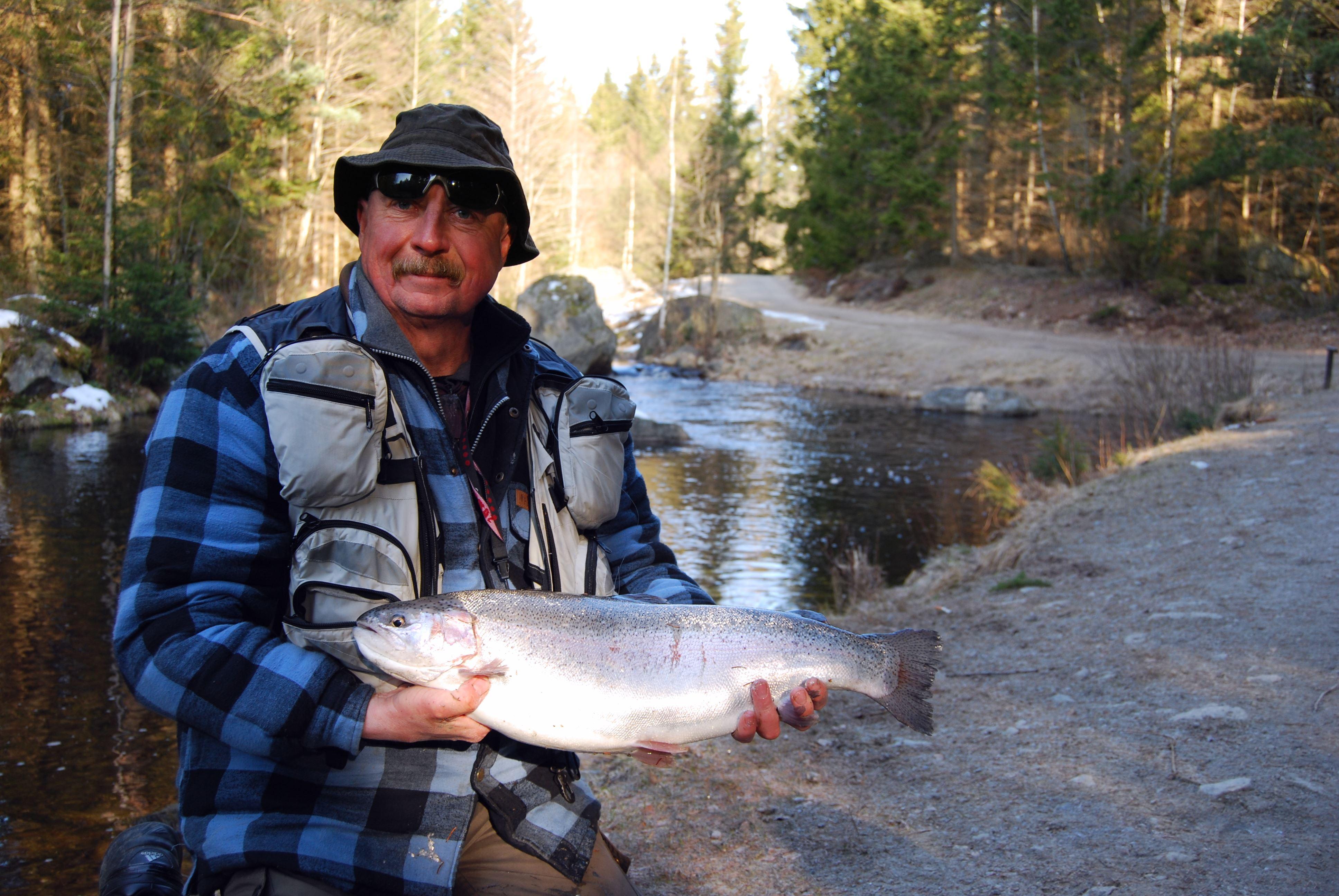 Håkan ,  © Harasjömåla fiskecamp, man med fisk