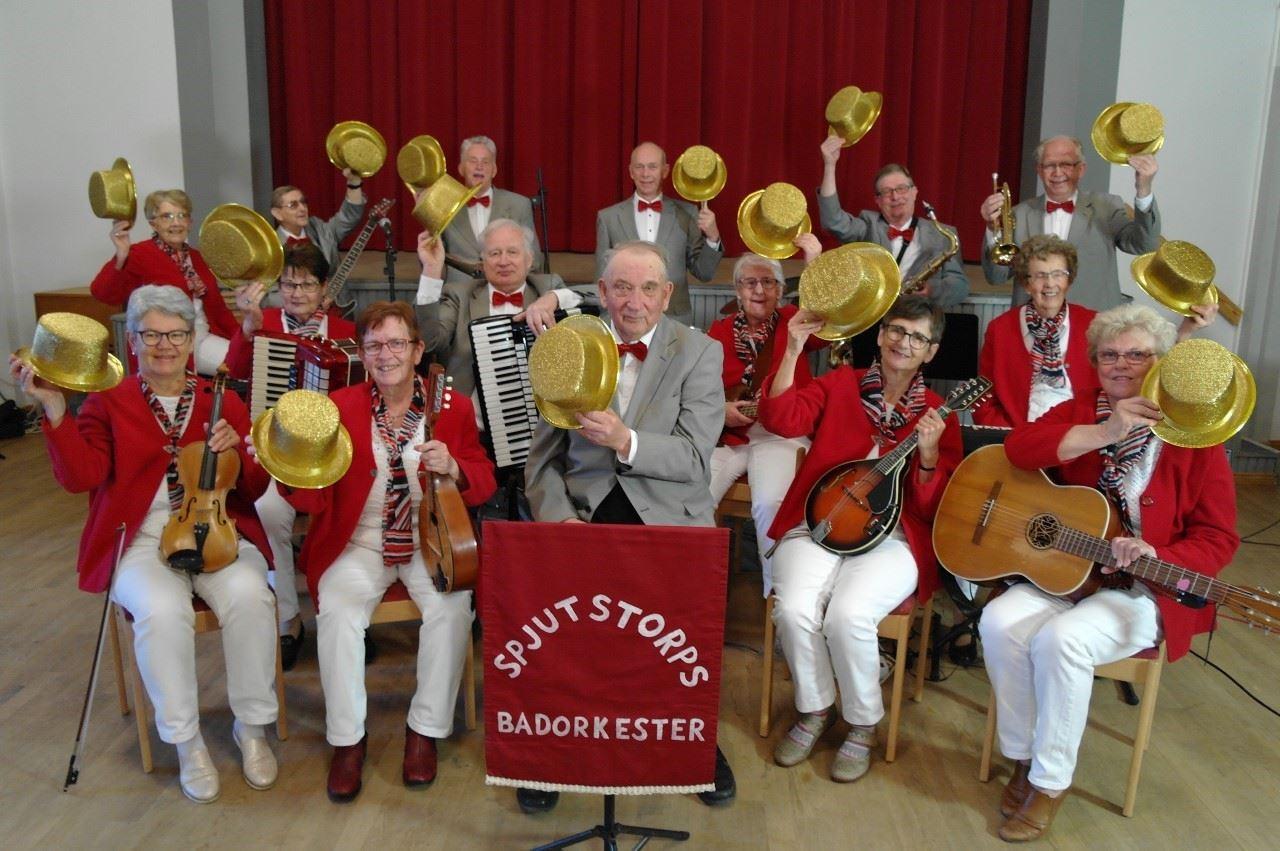 Spjutstorps Badorkester ger Musik i Sommartid i S:t Olofs Byastuga