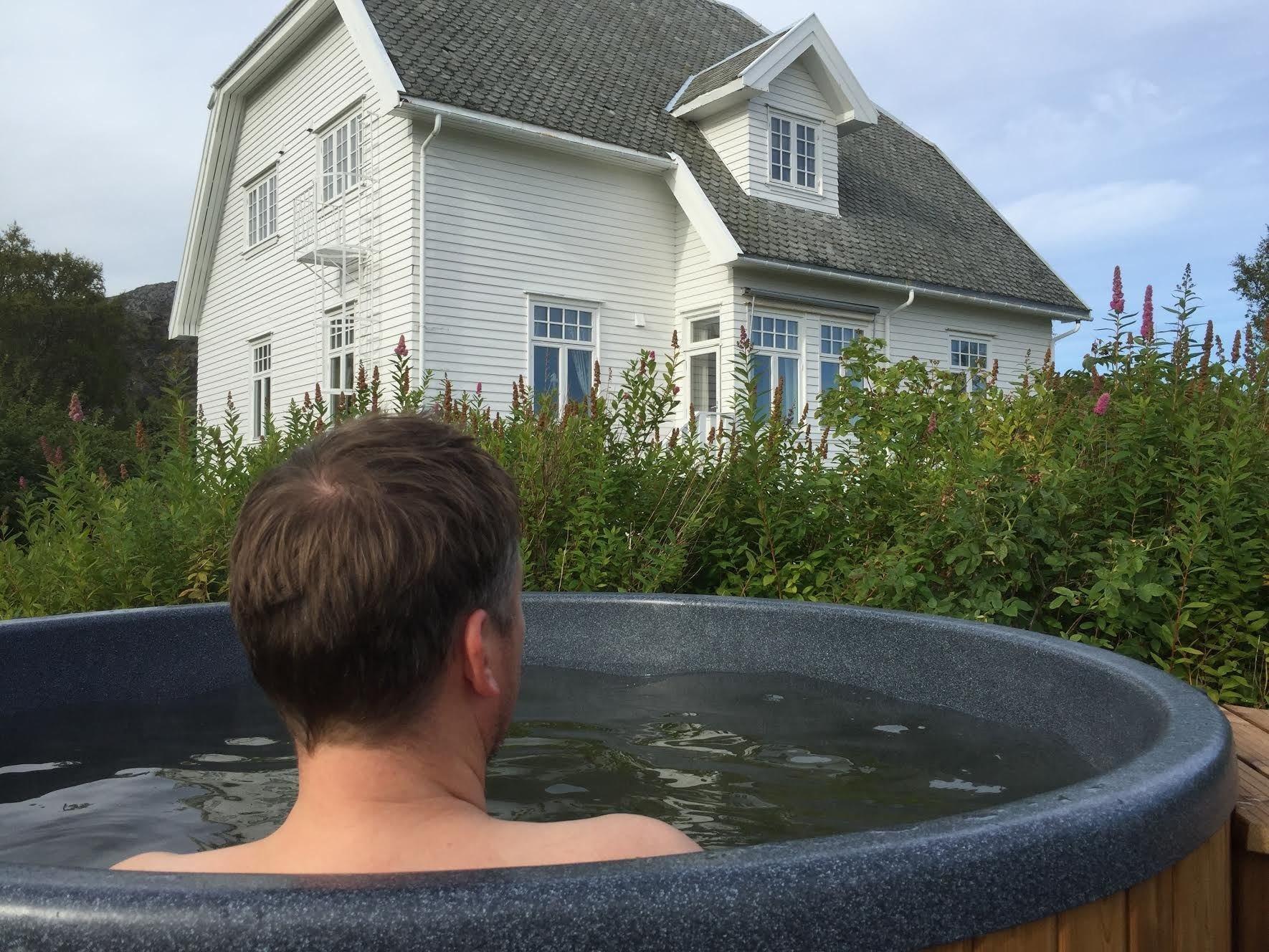 Varmt bad i hagen på Arctic Garden