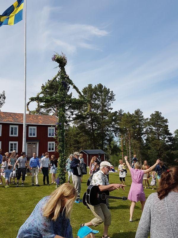 Midsommarfirande på Norrbo hembygdsgård.