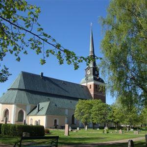 Kyrkan sett från sidan utifrån.