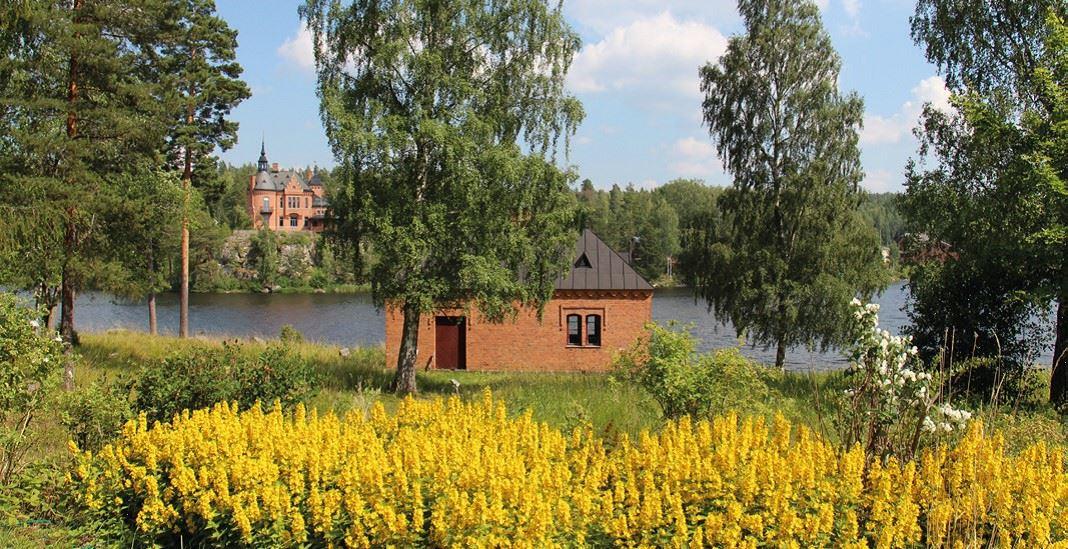 Engelsbers bruk en blommig sommardag