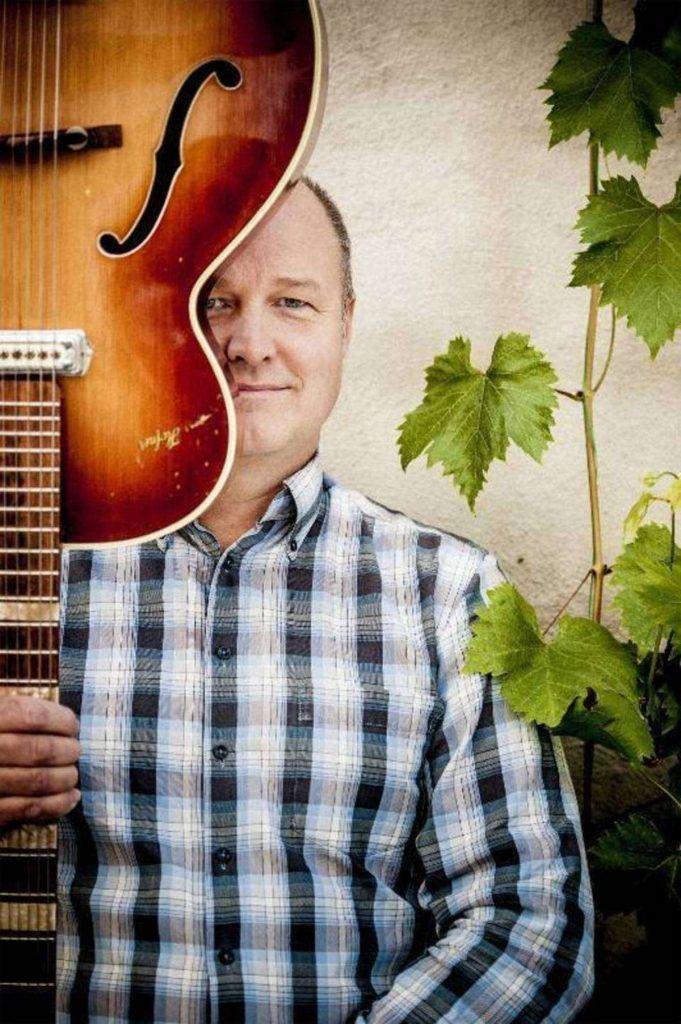 © Frösövallen, bild på Mikael Eköv som håller i ett instrument