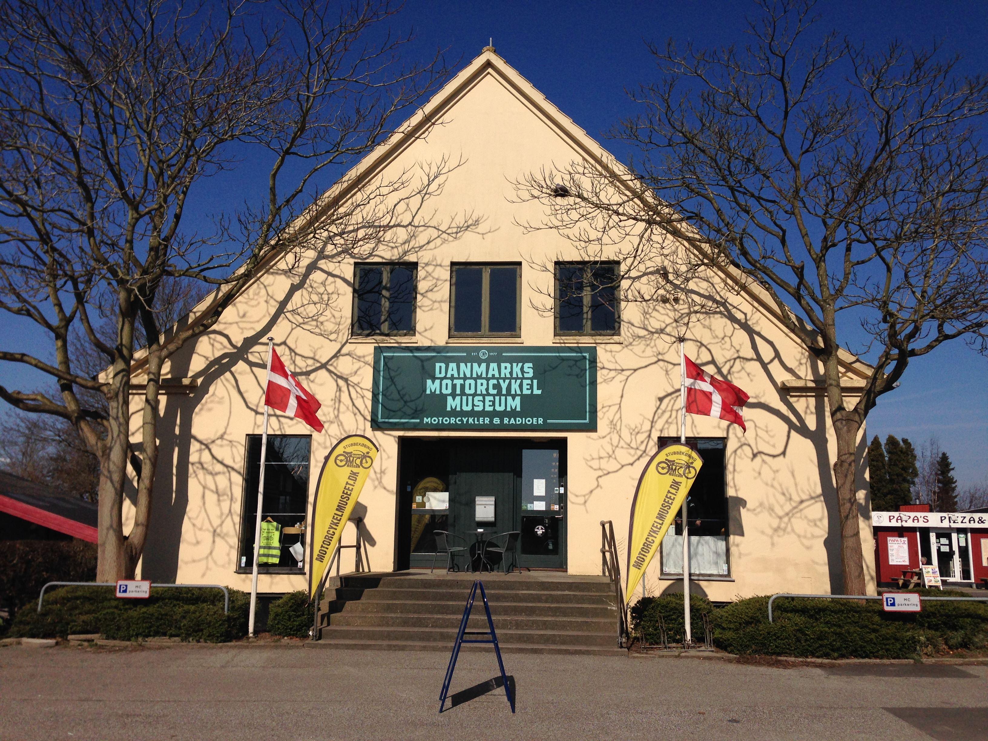 Danmarks Motorcykelmuseum i Stubbekøbing med radio og motorcykler