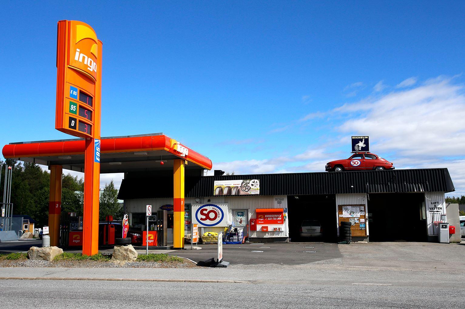 Anna Edvall,  © Linjalen, En äkta mack med verksad, bensin och matvaror.