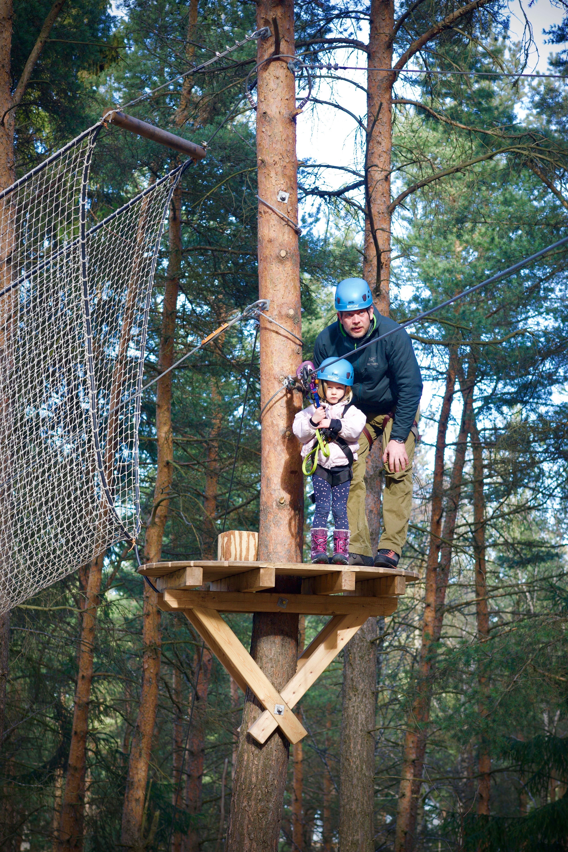 Høyt og Lavt,  © Høyt og Lavt, Bilde av jente i klatreparken