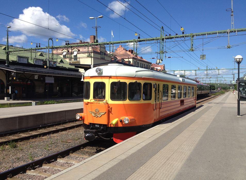 Micke Dunker,  © Järnvägsmuseet, Rälsbussen får ersätta ångtåget om vi inte får köra ångtåg på grund av brandfara.