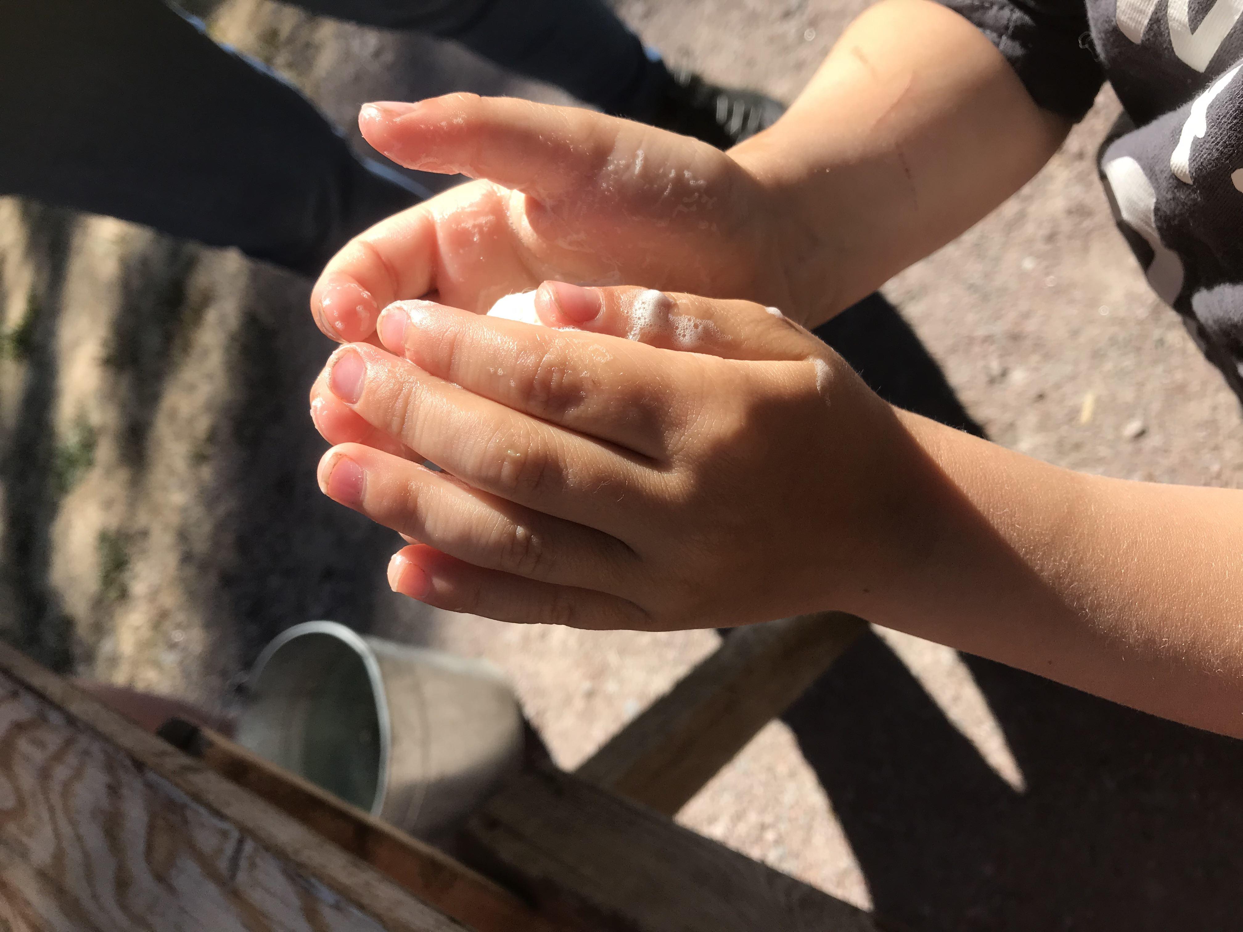 Litteraturhuset Trampolin, barnhänder som tovar