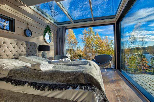 Sollia gjestegård sine hytter er Birk husky som eier. Disse ligger noen 100 meter fra norsk - russiske grensen på Storskog. Her ser du såverommet som har glassvegger å glass tak. Helt spektakulært å man kan se over til Russland.