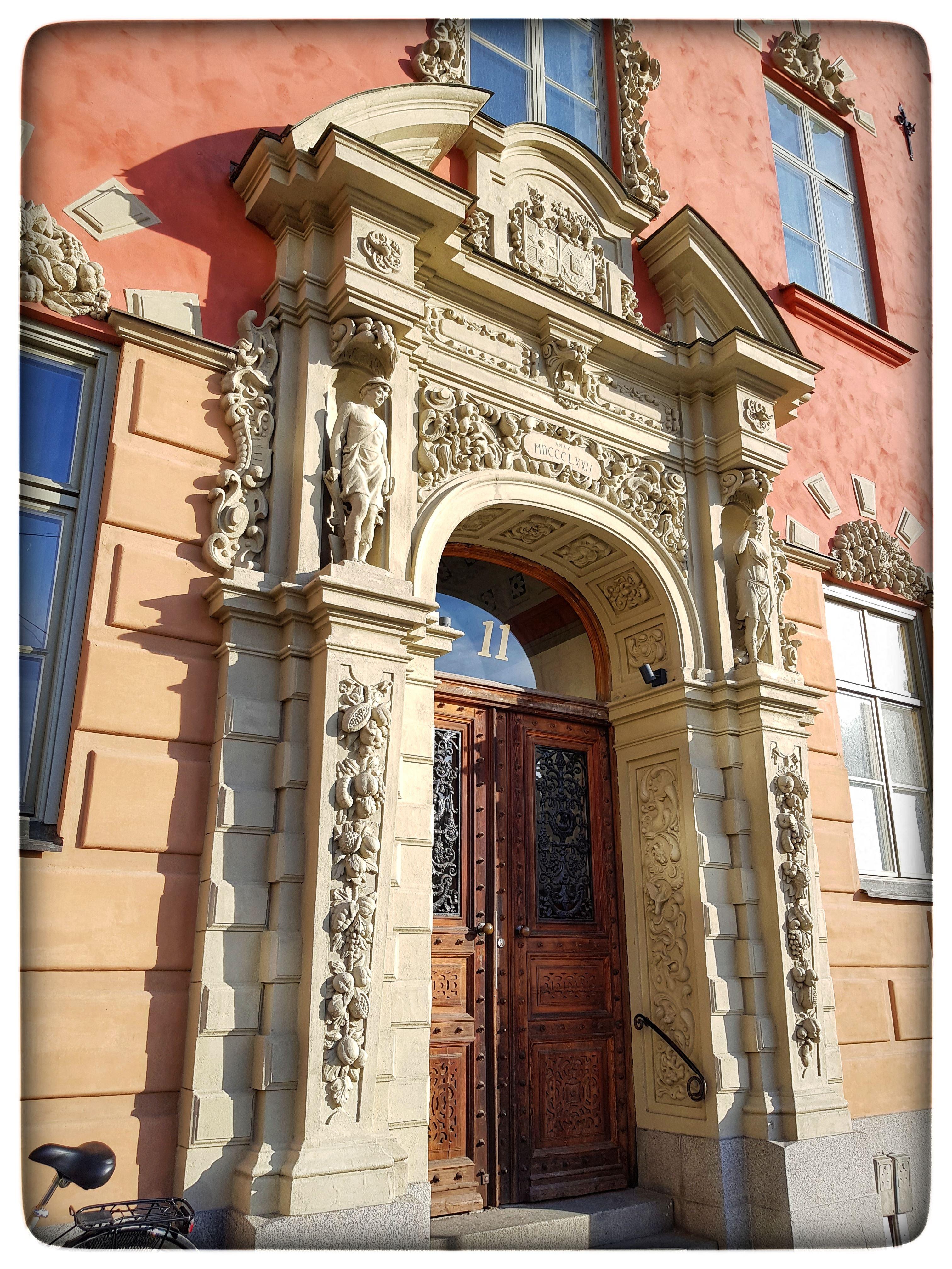 Dörrar, dekorationer och dygder