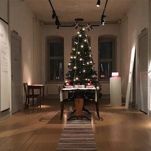 Desirée Kjellberg,  © sveriges fängelsemuseum, utställning i ett äldre fängelse med en julgran i mitten