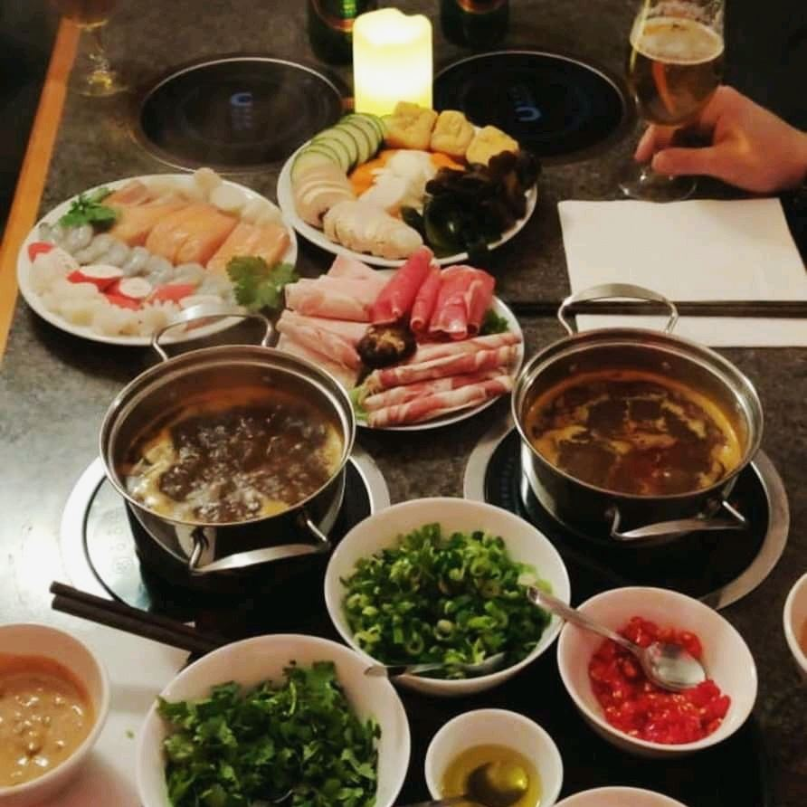 Många skålar och kastruller med kinesisk mat