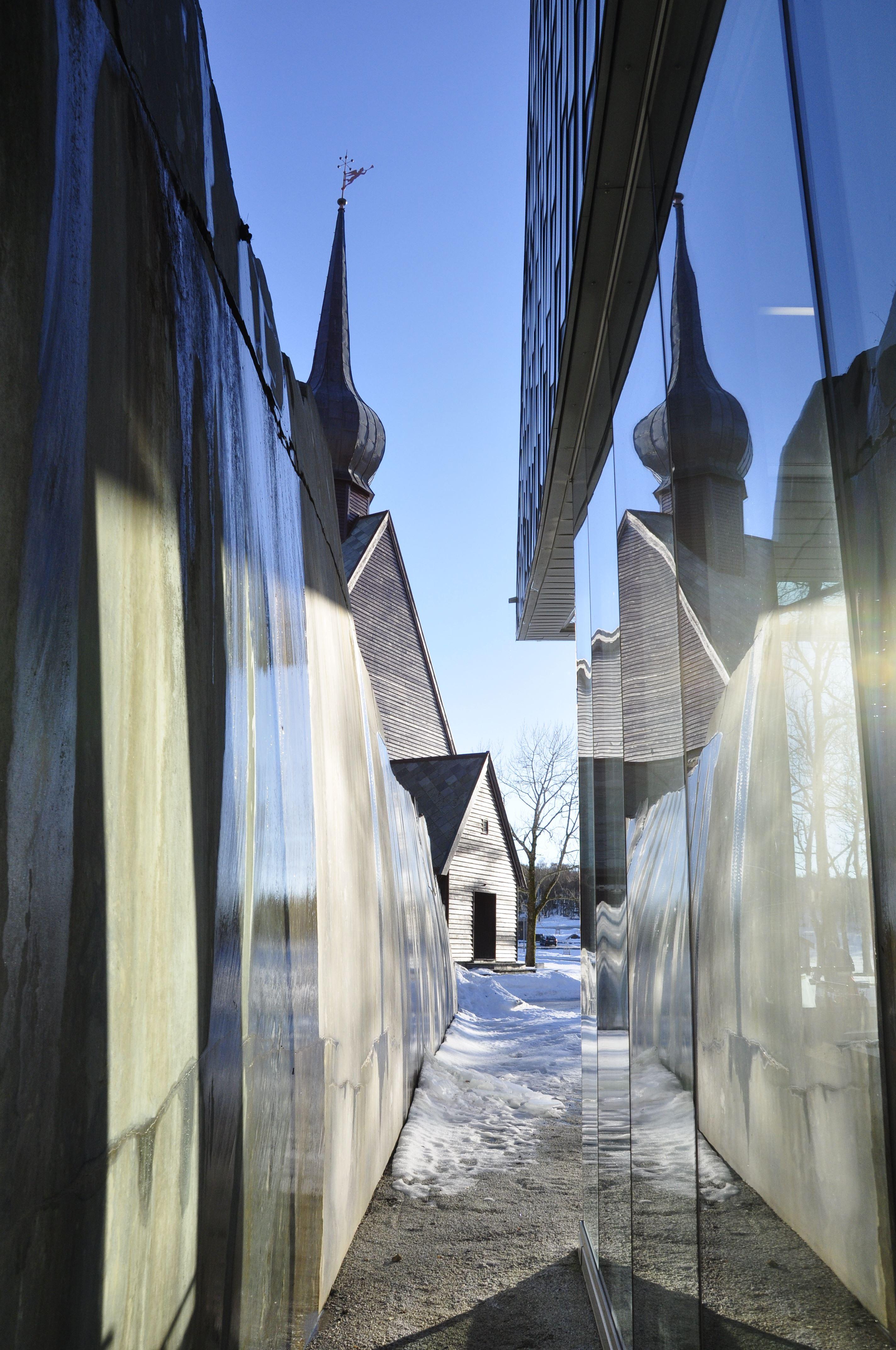 Petter Dass-museet , Smuget mellom Petter Dass-museet og bergveggen