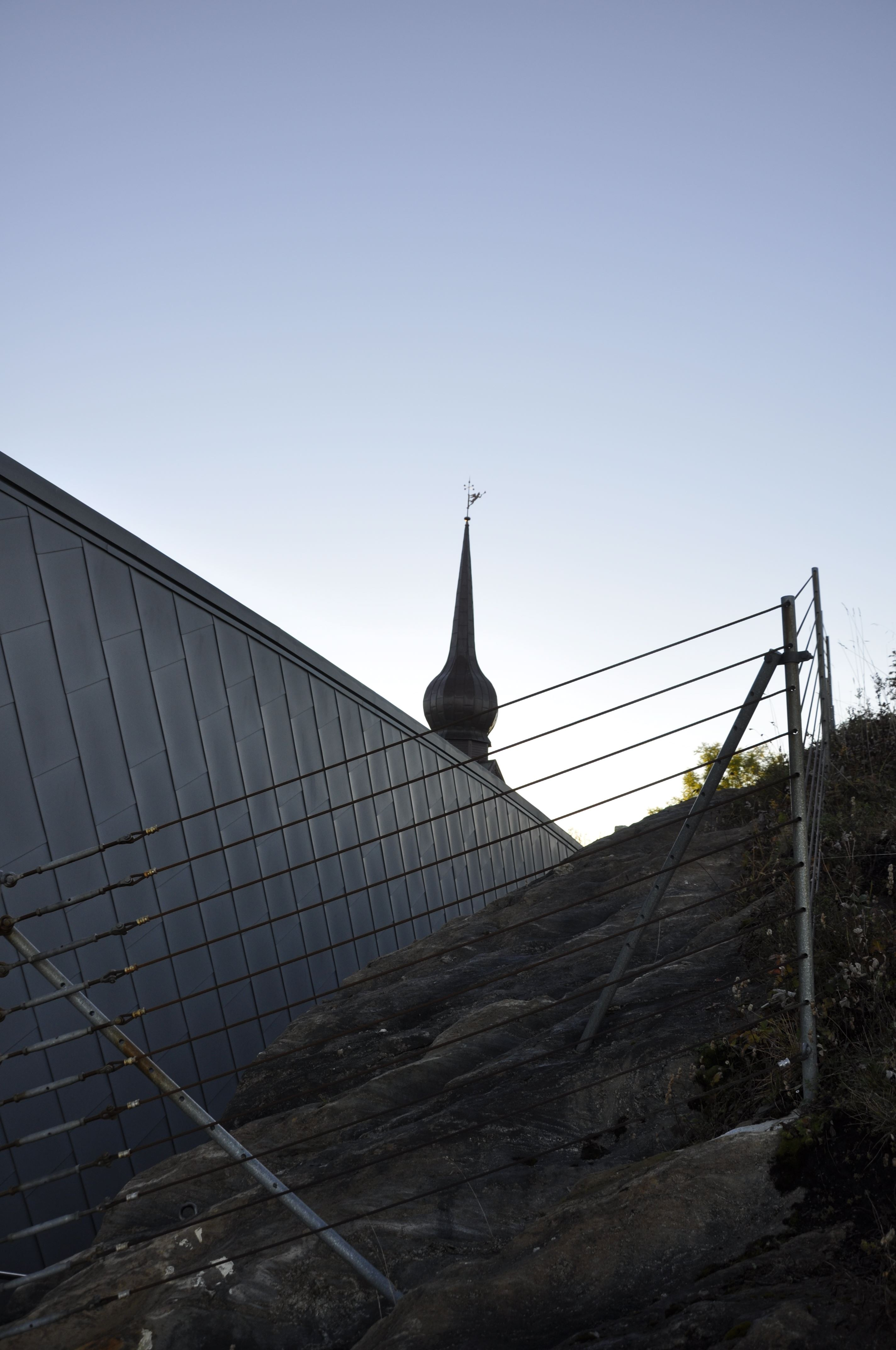 Petter Dass-museets vinkel med museum og spir fra Alstahaug kirke