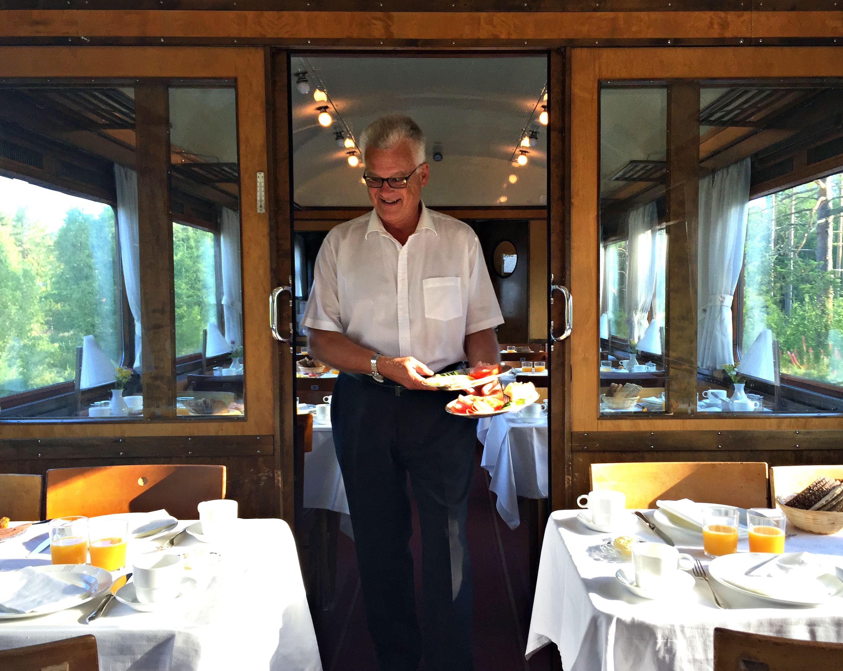 Micke Dunker,  © Järnvägsmuseet, Servereing i vår vackra restaurangvagn
