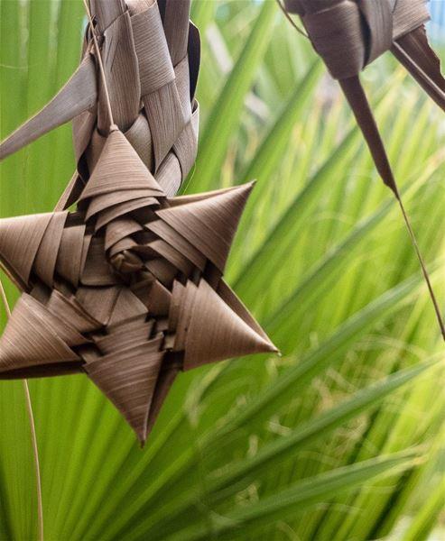 Flechten von Kokos-Palmwedeln