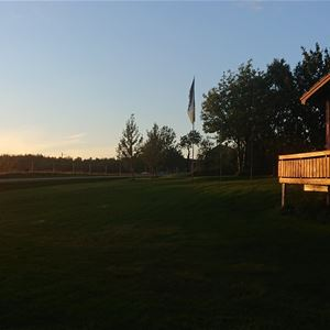 Tove Løfsnes,  © Skogmo Familiecamping AS, Hytte i solnedgang