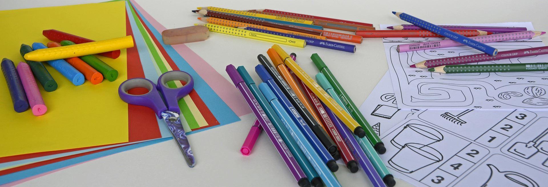 Färgat papper, kritor, pennor