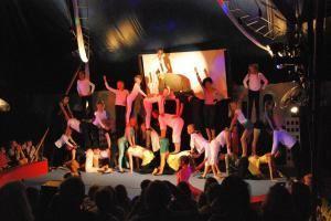 Cirkusföreställning- Vägg i vägg
