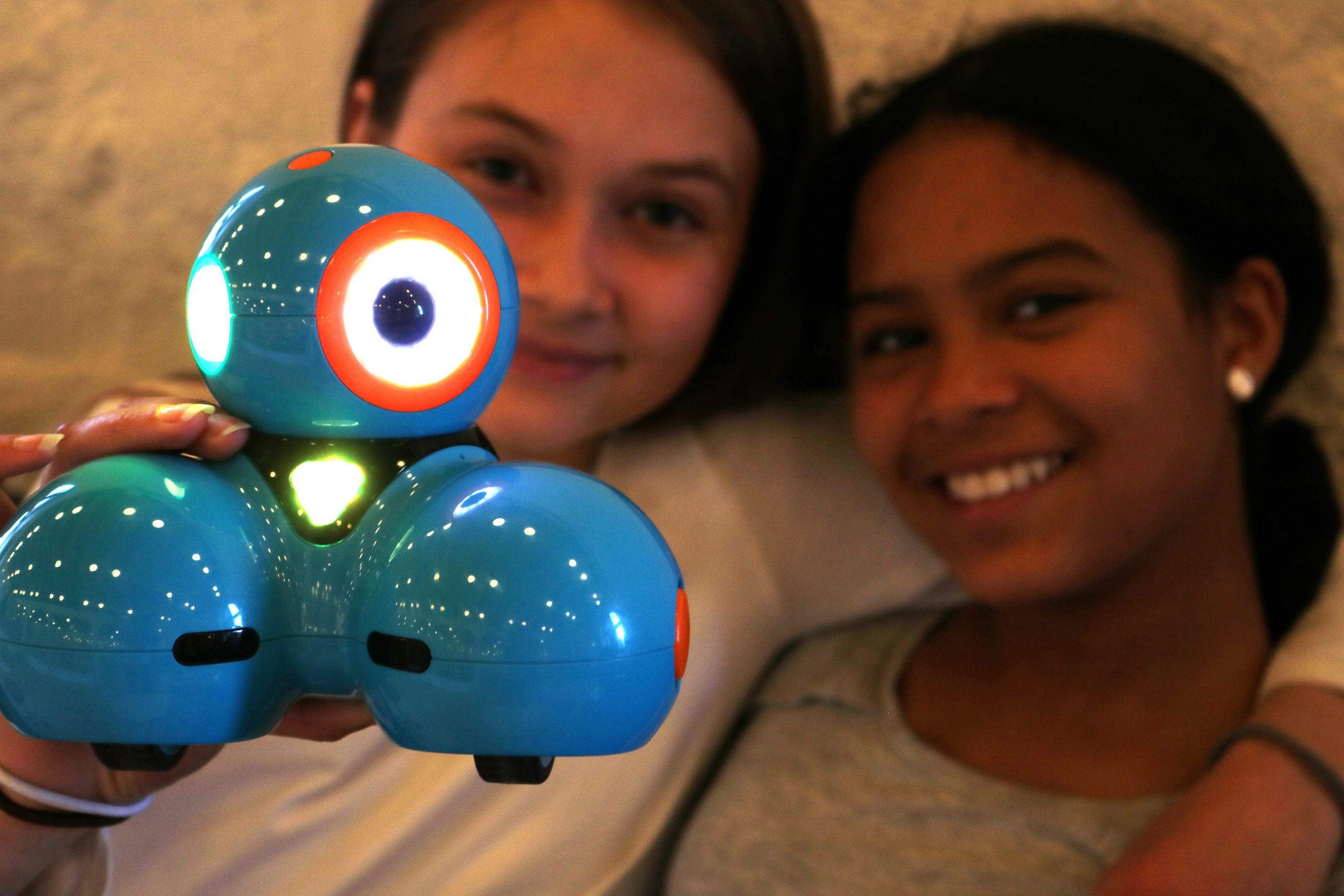Barn och en robot