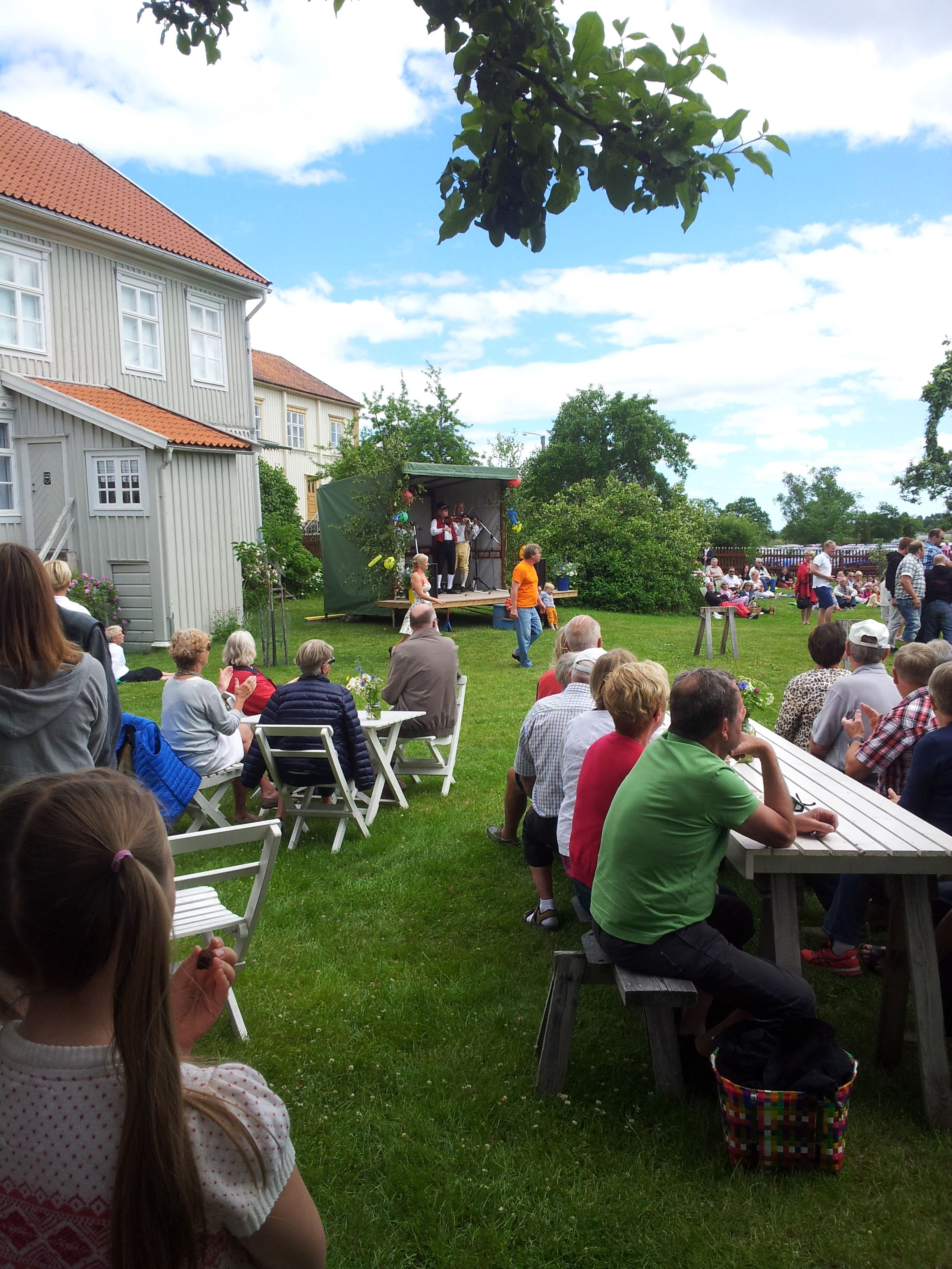 Lillelördag i Hullgrensgårdens trädgård