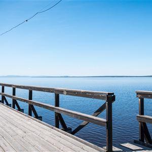 Rättviks långbrygga med sjön och klarblå himmel.