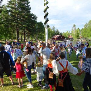 Majstångsresning i Mångberg