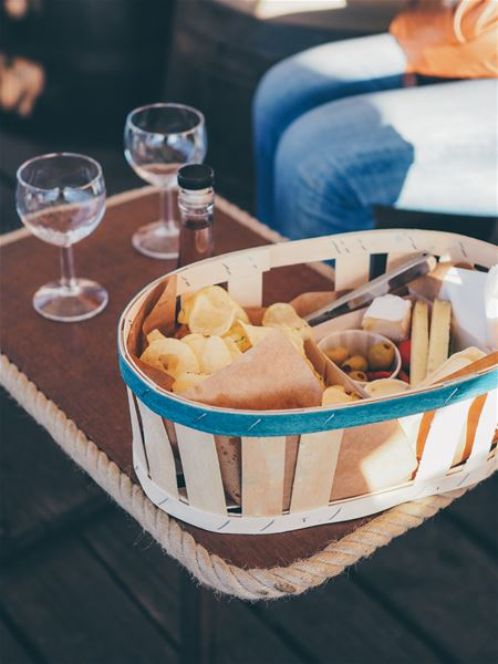 Downstream cruise and aperitif