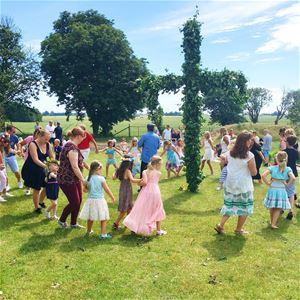 Midsummer dancing at Hallongården
