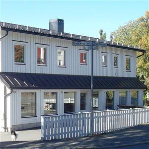 © Copy: Visit Östersund, Fasaden Galleri Renée. Vit träbyggnad