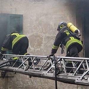 Lara, Två brandmän som klättrar på en stege
