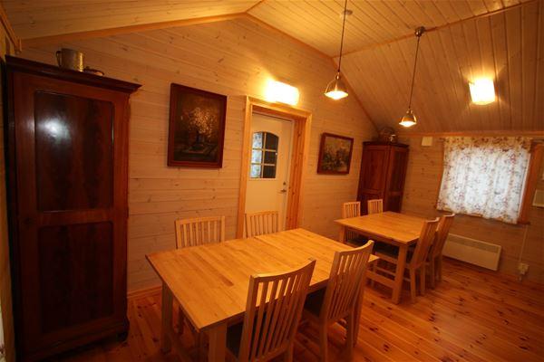 Kök med 2 matbord med stolar.
