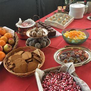 """Nu är det dags att boka årets julbord! Sex dagar/kvällar, med start den 30 november dukar vi upp vårt traditionella julbord med ett flertal lokala råvaror och du får samtidigt njuta av """"Hälsinglands vackraste utsikt"""" över Dellenbygden."""