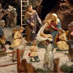 Samling kring krubban i Döderhult kyrka