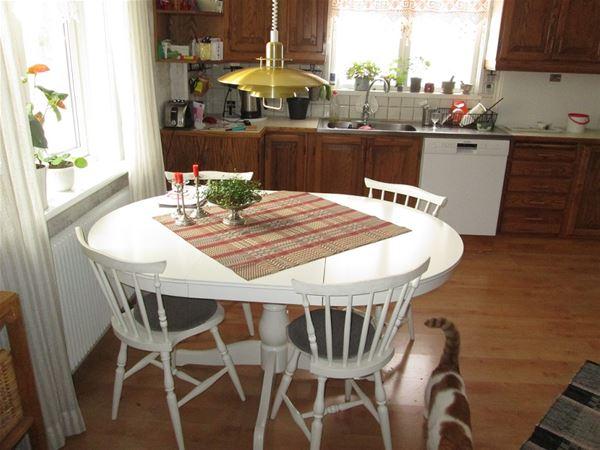 Matplats i köket med fyra stolar.